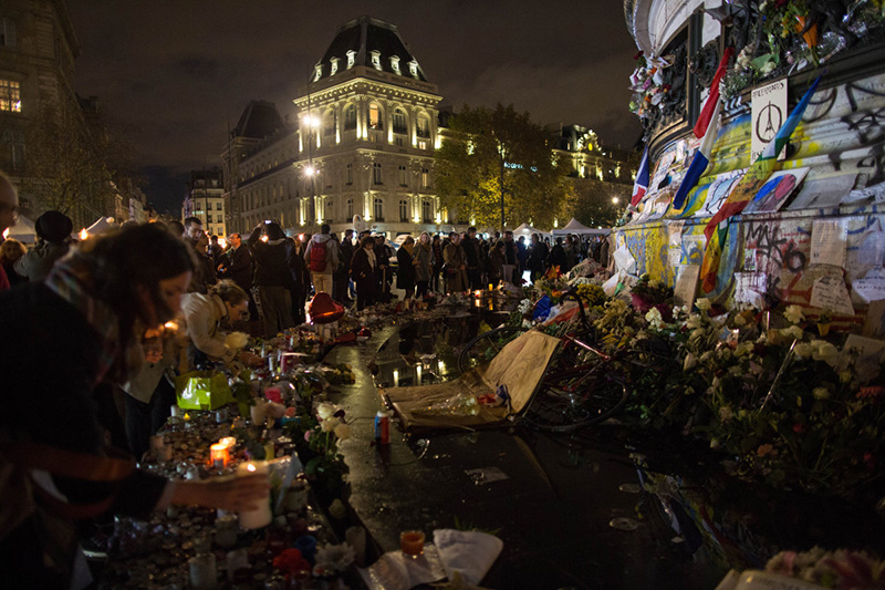 The New York Times Paris vigil 360° puts viewers in the center of the story, between the shrine and the crowd, allowing us to immerse ourselves in an event even when it's thousands of miles away.